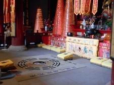 Tapis et coussins devant la statue du Prince de Jade